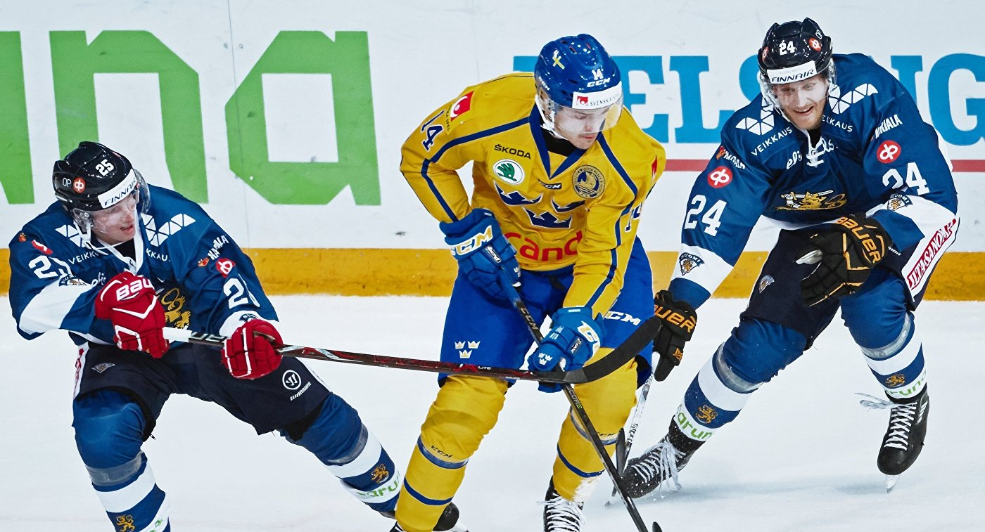 Нападающий сборной Швеции по хоккею Маркус Хёгстрём (в центре)