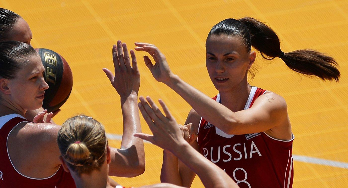 Игроки сборной России Татьяна Видмер, Мария Черепанова, Анна Лешковцева (слева направо)
