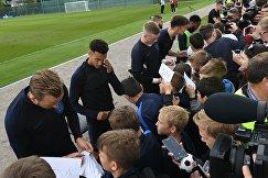 Футболисты сборной Англии во время автограф-сессии