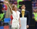 Модель Наталья Водянова и Икер Касильяс (справа) с кубком чемпионата мира по футболу