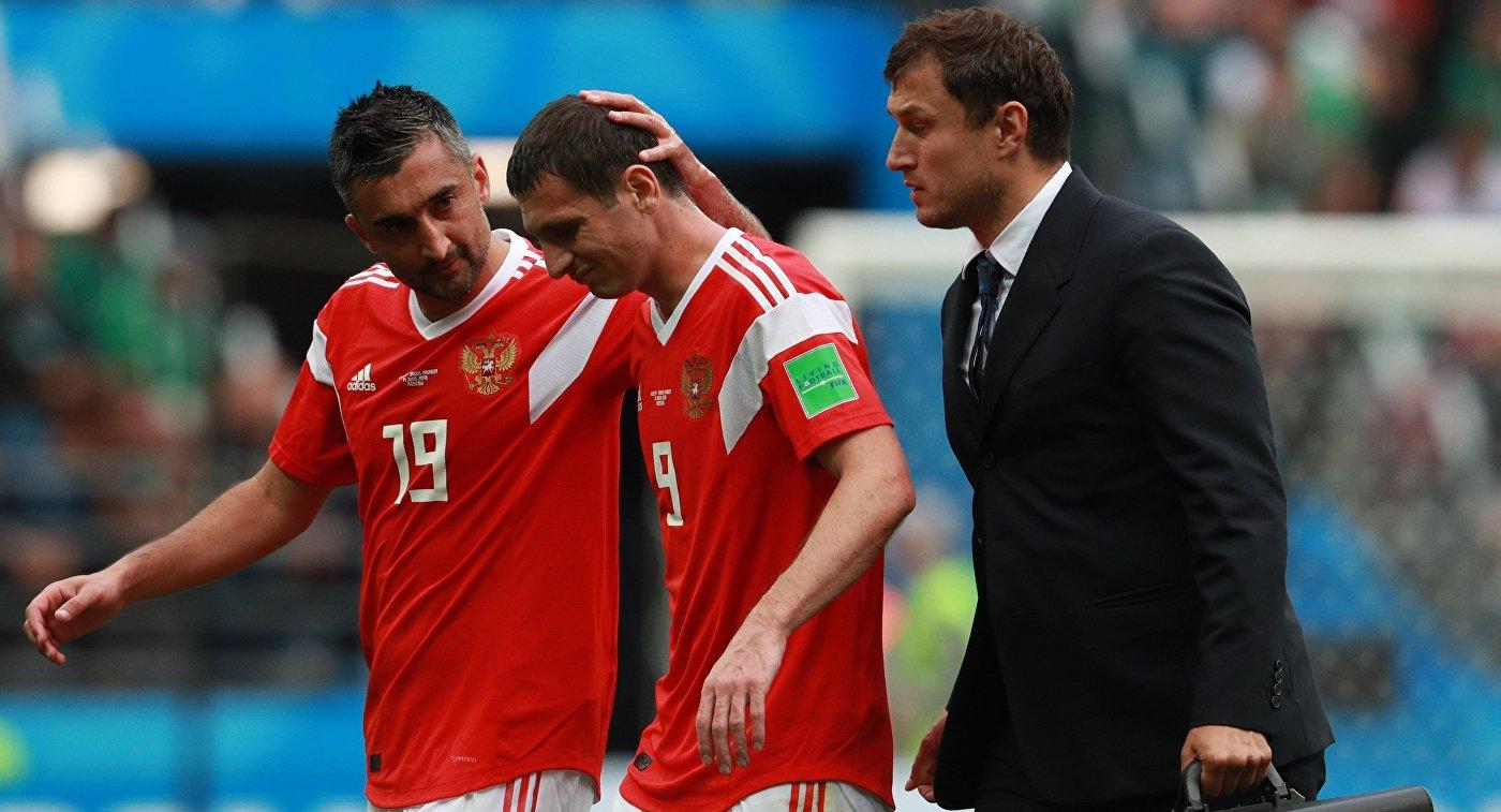 Футболисты сборной России Александр Самедов и Алан Дзагоев (слева направо)