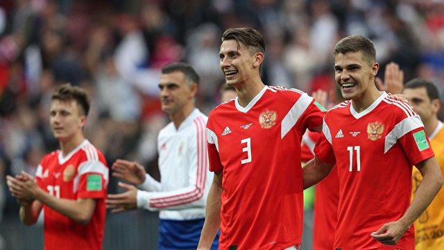 Футболисты сборной России Роман Зобнин и Илья Кутепов (справа налево)