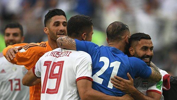 Игроки сборной Ирана радуются победе в матче