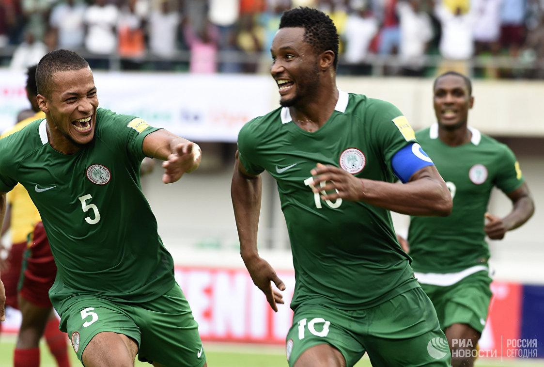 Футболисты сборной Нигерии радуются забитому мячу