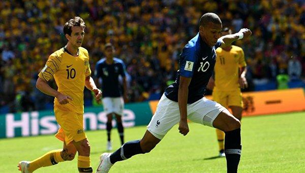 Форвард сборной Австралии Робби Круз и форвард сборной Франции Килиан Мбаппе (слева направо)