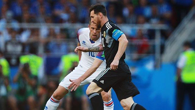 Полузащитник сборной Исландии Гилфи Сигурдссон  и нападающий аргентинцев Лионель Месси (слева направо)