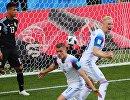 Футболисты сборной Исландии Альфред Финнбогасон, Хёрдур Магнуссон и защитник сборной Аргентины Максимилиано Меса (справа налево)
