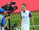 Нападающий сборной Исландии Альфред Финнбогасон радуется забитому голу
