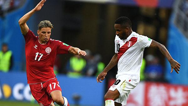 Защитник датчан Йенс Стрюгер Ларсен и  нападающий перуанцев Джефферсон Фарфан (Слева направо)