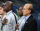 Игроки сборной Нигерии и главный тренер Гернот Рохре