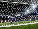 Вратарь сборной Нигерии Фрэнсис Узохо пропускает гол