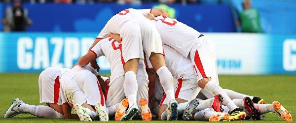 Игроки Сербии радуются забитому голу