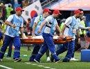 Медики эвакуируют с поля корейского защитника Пак Чухо