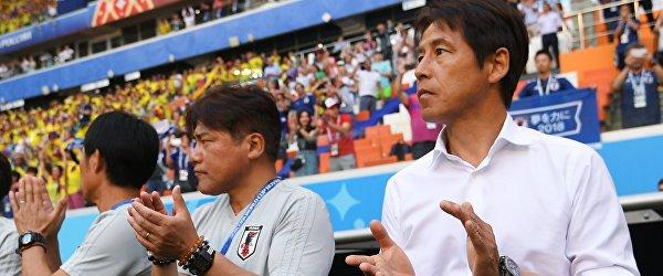 Главный тренер сборной Японии Акира Нисино (справа)
