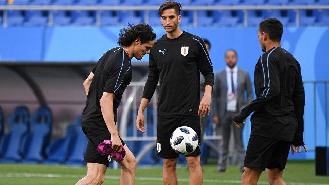 Игрок сборной Уругвая Эдинсон Кавани (слева)