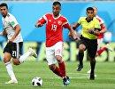 Полузащитник египтян Махмуд Трезеге и полузащитник сборной России Александр Самедов (Слева направо)