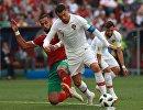 Защитник сборной Марокко Мехди Бенатия и форвард сборной Португалии Криштиану Роналду (сева направо)