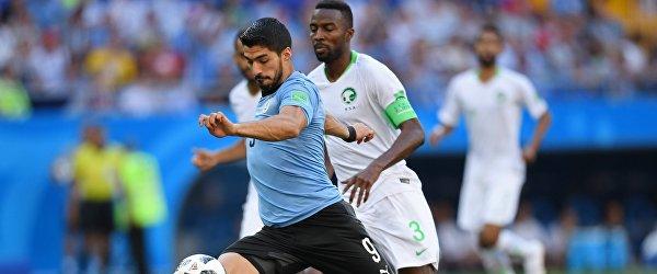 Форвард сборной Уругвая Луис Суарес (слева) и капитан сборной Саудовской Аравии Усама Хаусави