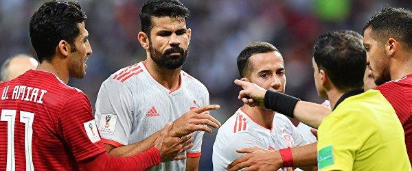 Хавбек сборной Ирана Вахид Амири, форвард сборной Испании Диего Коста и главный судья Андрес Кунья (слева направо)