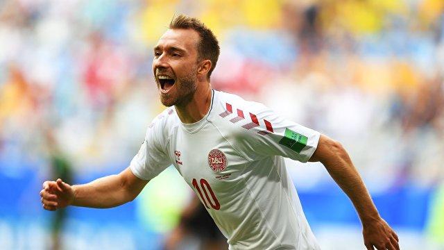 Хавбек сборной Дании Кристиан Эриксен радуется забитому голу