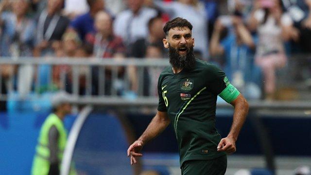 Хавбек сборной Австралии Миле Единак радуется забитому мячу