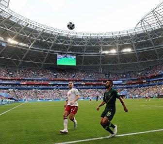 Хавбек сборной Дании Кристиан Эриксен и защитник сборной Австралии Азиз Бехич (слева направо)