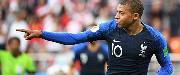Форвард сборной Франции Килиан Мбаппе радуется забитому голу