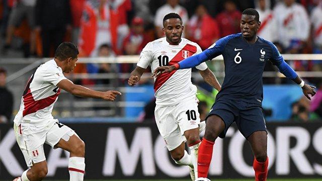Футболисты сборной Перу Эдисон Флорес, Джефферсон Фарфан и хавбек сборной Франции Поль Погба (слева направо)