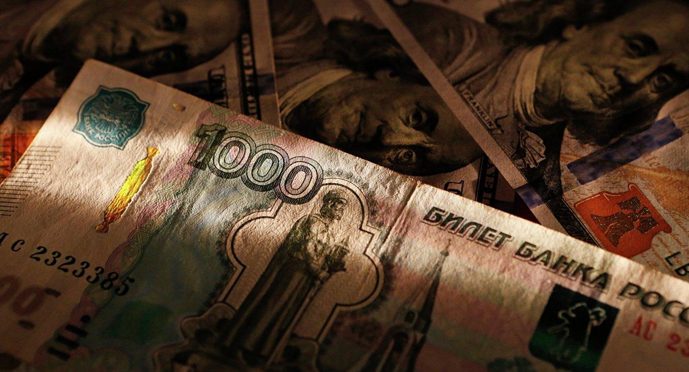 Денежные купюры долларов США и рублей. Архивное фото