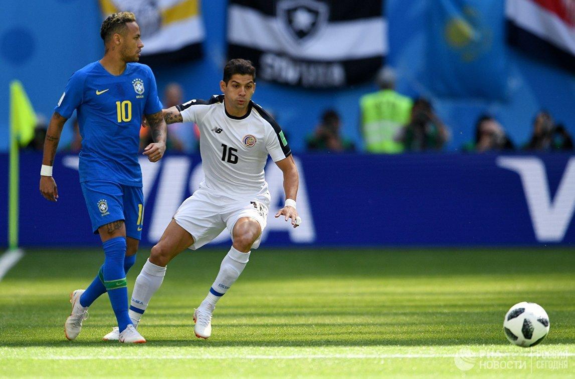 Бразильский нападающий Неймар и полузащитник костариканцев Кристиан Гамбоа (Слева направо)