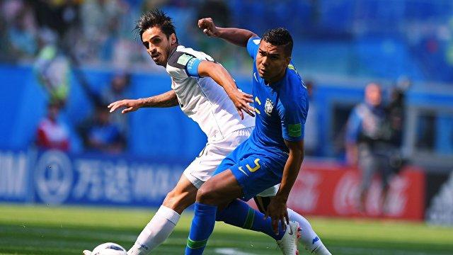 Нападающий сборной Коста-Рики Брайан Руис и бразильский полузащитник Каземиро (Слева направо)