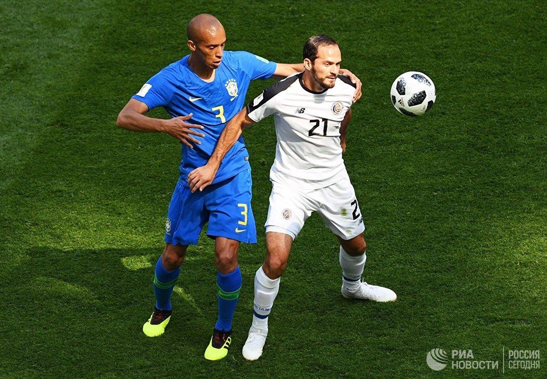 Бразильский защитник Миранда и нападающий сборной Коста-Рики Маркос Уренья (Слева направо)