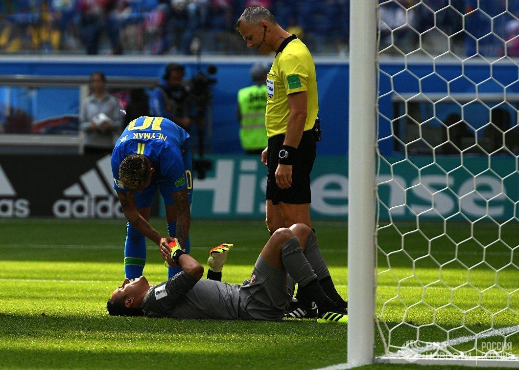 Нападающий бразильцев Неймар, вратарь сборной Коста-Рики Кейлор Навас и  главный судья Бьорн Куйперс (Слева направо)