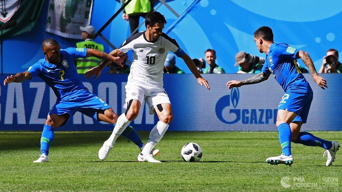 Полузащитник сборной Бразилии Дуглас Коста, нападающий костариканцев Брайан Руис и бразильский защитник Фагнер (Слева направо)