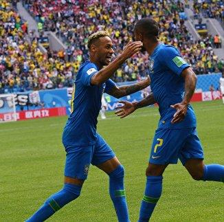Футболисты сборной Бразилии Неймар и Дуглас Коста (слева направо)