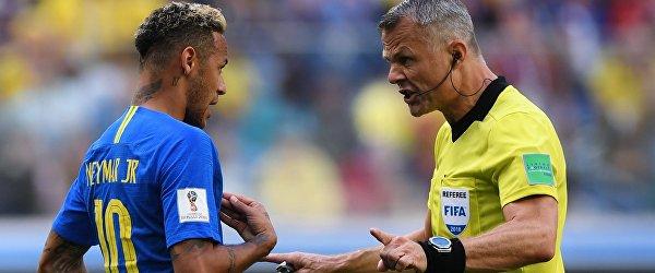 Форвард сборной Бразилии Неймар и главный судья Бьорн Куйперс (слева направо)