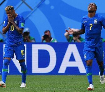 Нападающий сборной Бразилии Неймар и бразильский полузащитник Дуглас Коста (Слева направо)