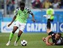 Форвард сборной Нигерии Ахмед Муса забивает гол в ворота голкипера сборной Исландии Ханнеса Халльдоурссона