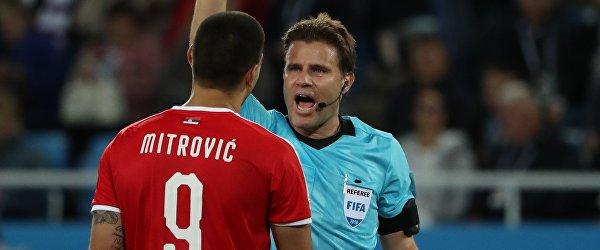 Главный судья Феликс Брих показывает желтую карточку нападающему сербов Александару Митровичу (справа налево)