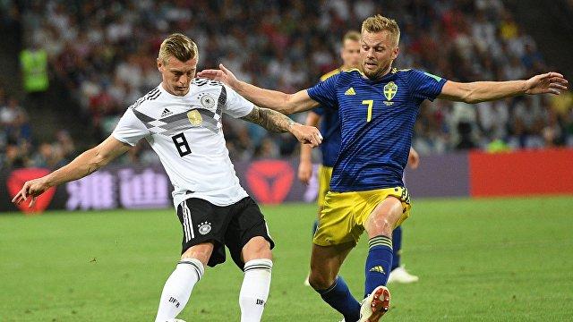 Полузащитник сборной Германии Тони Кроос и полузащитник сборной Швеции Себастьян Ларссон (Слева направо)