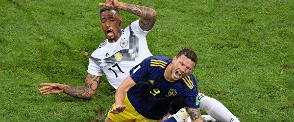 Защитник сборной Германии Жером Боатенг и шведский нападающий Маркус Берг (Слева направо)