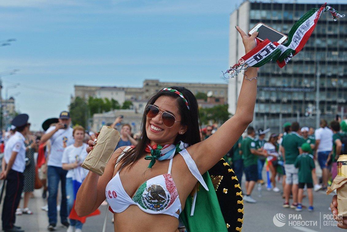 Болельщица сборной Мексики перед матчем между сборными Южной Кореи и Мексики