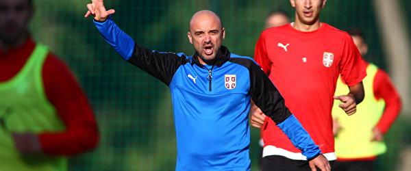 Тренер сборной Сербии Милан Раставац (в центре)