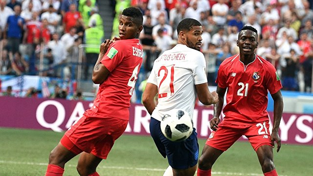 Защитник сборной Панамы Фидель Эскобар, полузащитник сборной Англии Рубен Лофтус-Чик и панамский полузащитник Хосе Луис Родригес (Слева направо)
