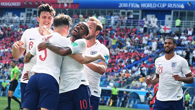 Футболисты сборной Англии радуются забитому голу
