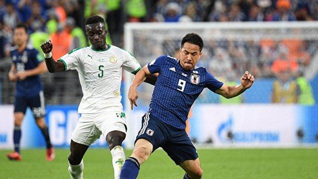 Хавбек сборной Сенегала Идрисса Гуйе и форвард сборной Японии Синдзи Окадзаки (слева направо)