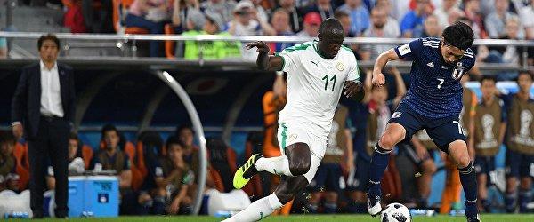Полузащитник сборной Сенегала Шейк Ндойе и хавбек сборной Японии Гаку Сибасаки (слева направо)