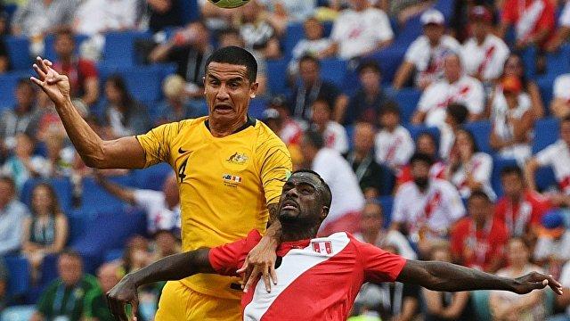 Нападающий сборной Австралии Тим Кэхилл и защитник перуанцев Кристиан Рамос (Слева направо)