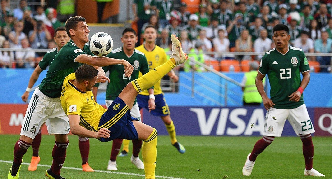 Защитник сборной Мексики Эктор Морено, форвард сборной Швеции Маркус Берг и хавбек сборной Мексики Хесус Гальярдо (слева направо)
