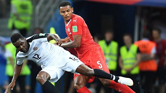 Нападающий сборной Коста-Рики Хоэль Кэмпбелл и защитник сборной Швейцарии Мануэль Аканджи (слева направо)